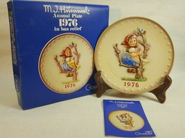 M.J. Hummel Annual Plate 1976 In Bas Relief With original box  FD491	 - $14.95