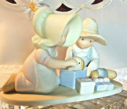 """HOME INTERIOR HOMCO CIRCLE OF FRIENDS MASTERPIECE """"PERFECT GIFT """"  FIGURINE 1991 image 5"""