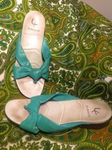 VILLAGER LIZ CLAIBORNE GREEN LEATHER SANDALS 8.5M WOMEN'S THONGS SLIP ON... - $18.80
