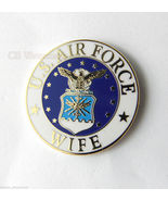 UNITED STATES USAF AIR FORCE WIFE MILITARY LOGO LAPEL PIN BADGE 1 INCH - $4.70