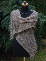 Hand knit Womens Scarf with ruffled edge, camel shawl, womens accessories - €54,25 EUR