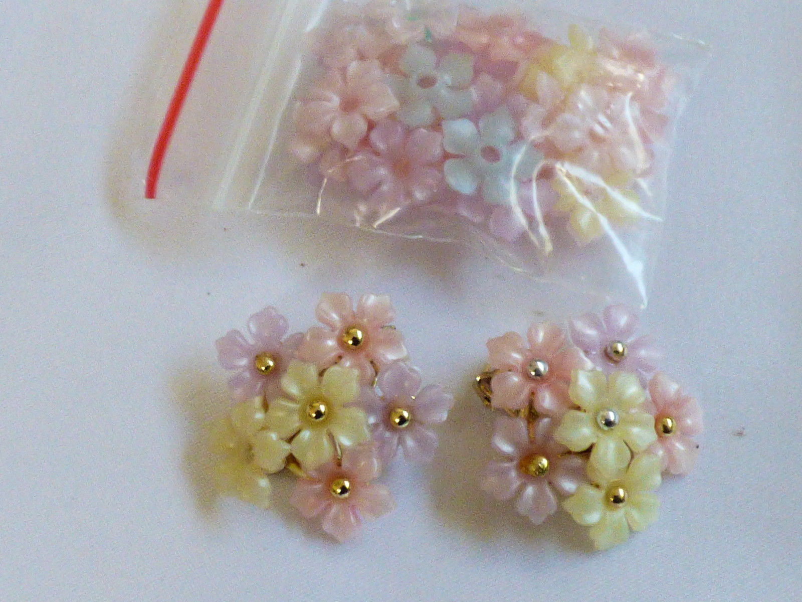 Primary image for VTG PINK WHITE & BLUE FLOWER SNAP PUZZLE BEADS CLIP ON EARRINGS LOT