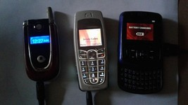 3 Working Old Cell Phones W/Wall chargers - $946,59 MXN