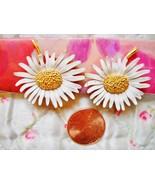 VTG MARVELLA WHITE ENAMEL/GOLD TONE METAL DAISY HUGGIE CLIP-ON EARRINGS - $14.00
