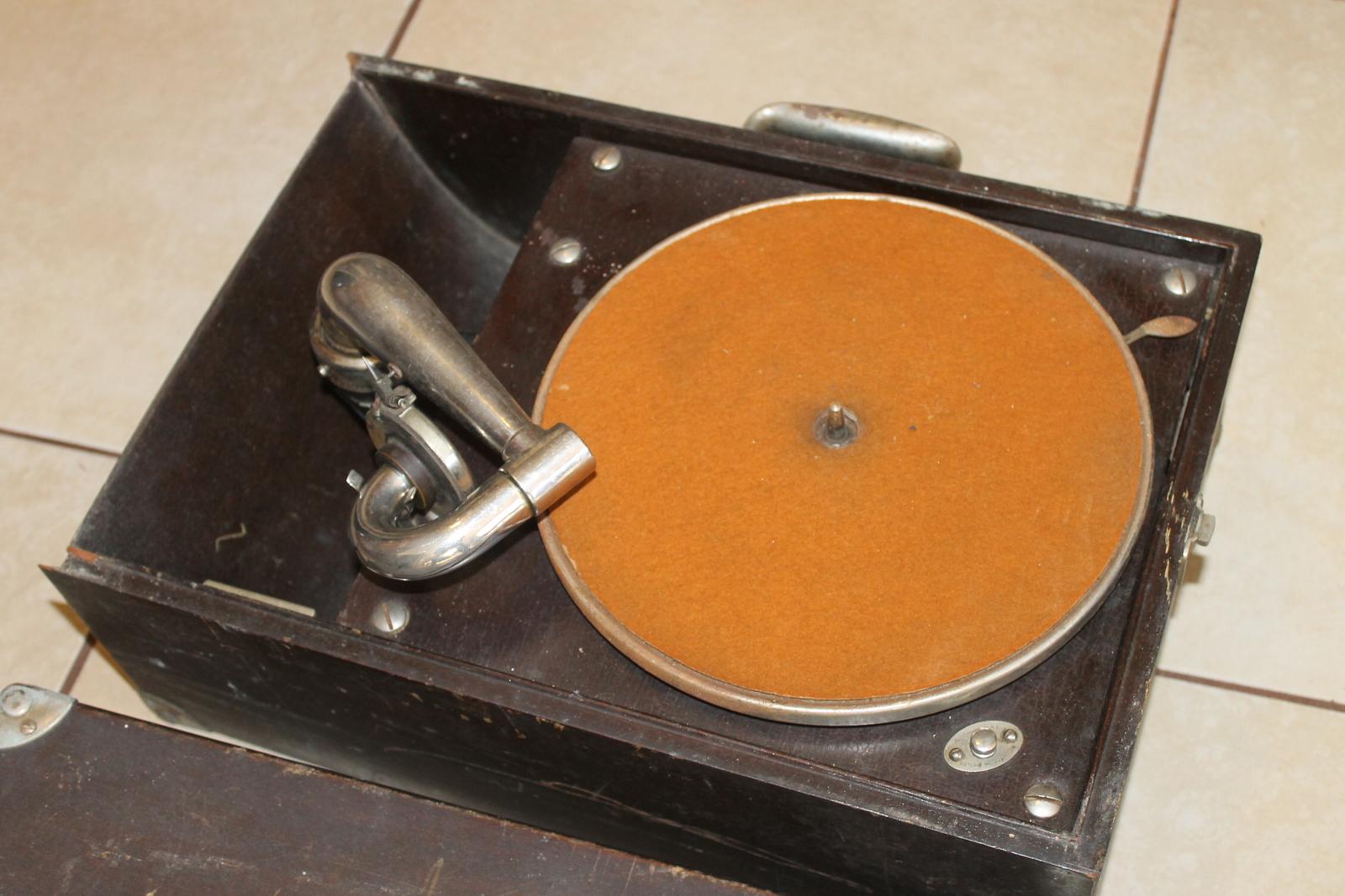 Victor Victrola VV-50 Antique Portable 78 Disc Phonograph