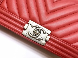 AUTHENTIC CHANEL 2018/2019 RED CHEVRON QUILTED CAVIAR MEDIUM BOY FLAP BAG RHW image 4