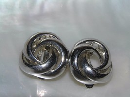 Vintage Simple SIlvertone Open Knot Clip Earrings – 7/8th's inches in di... - $8.59