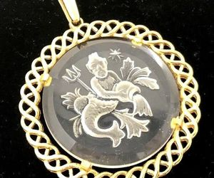 VINTAGE 60's CROWN TRIFARI ZODIAC Aquarius PENDANT INTAGLIO CRYSTAL GOLD PENDANT, an item from the 'AQUARIUS' hand-picked list